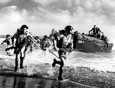 """Débarquement d'une unité britannique depuis un LCA immatriculé KA18-3. Vu la qualité de l'angle de prise de vue, il s'agit probablement d'un exercice en Algérie, puisque les soldats portent le short très commun en Afrique. Ils ont en revanche le casque Mk3 """"turtle"""" qui commence par équiper les troupes de l'opération Overlord. Les marins de la barge d'assaut sont américains (ils portent le """"white cap"""") L'AKA-18 est l'USS  Cepheus (ex-AK-67) de l'USCG commandant Captain R. B. Hall, USCG…"""