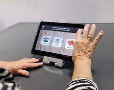 """Una forma de ayudar a los mayores a  cruzar lo que se conoce como la """"brecha digital"""" es el uso de las tabletas, dispositivos fáciles de usar, más pequeños y ligeros, que parecen estar tomando el lugar de los ordenadores portátiles.  Investigación de la Universidad del Estado de Nueva Michigan ha..."""
