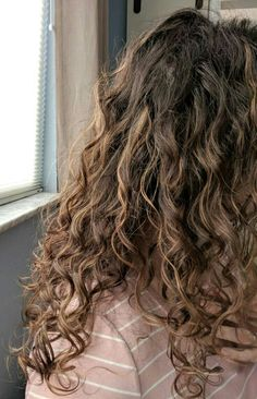 Curly Girl Method for Hair - Curly Hair Routine for Thin Hair - Hair Style Thin Curly Hair, Curly Hair Types, Curly Hair With Bangs, Updo Curly, Short Hair, Highlights Curly Hair, Brown Hair With Highlights, Curly Hair Problems, Curly Hair Routine