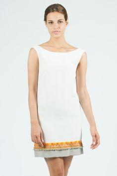 Vestido corto sin mangas con bordados en parte inferior