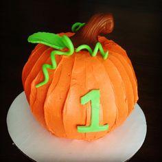 j'adore gâteau: Birthday Cake - Pumpkin Smash Cake - Evan Lou - first birthday cake-Erster Geburtstagskuchen Pumpkin Birthday Cakes, Pumpkin Patch Birthday, Pumpkin Patch Party, Pumpkin Birthday Parties, Pumpkin First Birthday, Pumpkin Cakes, Pumpkin Shaped Cake, Halloween First Birthday, Fete Halloween