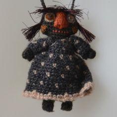 Petite poupée crochetée et cousue main. A porter en pendentif, en mascotte ou fétiche, ou pour une collection de poupées ou des créations Sophie Digard