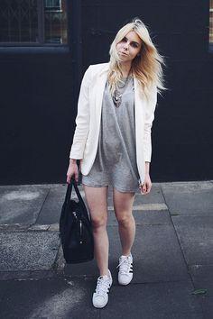 Un mini-vestido con un blazer y un bolso grande. ¿En los zapatos? Tus Adidas de confianza. | 24 Pruebas de que una mujer puede vivir solo con un par de Adidas