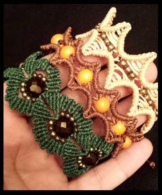 Diferentes modelos de pulseras, con cuentas de madera, cobre, cerámica....