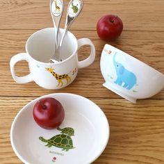 【ニッコーの子供食器】 両方にハンドルのついたマグカップは、小さな子供でも持ちやすい形にこだわりました。ごはん茶碗も持ちやすく、とても丈夫な形状です。しっかり深みのある13cmのお皿は、使いやすく長い間重宝するアイテム。 アイテム毎にいろいろな動物が描かれているので、動物園みたいな楽しい食卓を演出してくれます。色鮮やかなデザインは、お子様の情操教育にも役立ちます。  accototo両手マグ(210cc)、10cmライスボール(きりん)、13cm深皿(ぞう) #baby #tableware #NIKKO