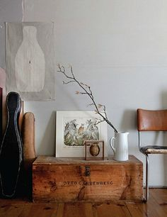 wooden chest as side table. Photo by Seth Smoot. Home Decor Inspiration, Design Inspiration, Interior Styling, Interior Decorating, Wooden Trunks, Wooden Chest, Ideas Prácticas, Home And Deco, Decoration Table