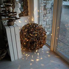 lampe bois flotté à poser au sol en forme de sphère par Karren Miller