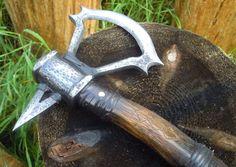 """Топор""""Ассасин"""" Размер: 110х19х4,5, сталь СТ3, лезвие 65Г, наварное на кузнечную сварку, черен снабжен стальными ошиновками и канителью, ошиновки посажены на сквозные клёпки, старение, патина, руны."""