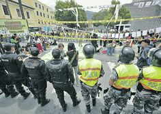 Quito, 20 sep. 2013. En los exteriores de la Asamblea Nacional la policía separó a los grupos pro y anti-explotación del Yasuní ITT. Foto: El Comercio