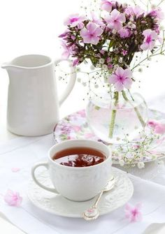 Pretty simple fresh flowers will always evoke nice thoughts when serving afternoon tea Coffee Love, Coffee Break, Coffee Heart, Morning Coffee, Ahmad Tea, Café Chocolate, Pause Café, Tea And Books, Afternoon Tea Parties