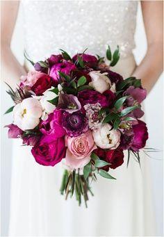 Espectacular ramo de peonías y rosas en tonos fucsias, granates, rosas y cremas…