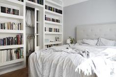 Estante embutida feita em alvenaria e pintada de branco