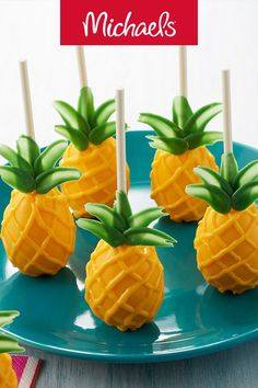 Make this pineapple cake pops project for a summer themed birthday party, it is an easy DIY baking craft. Make this pineapple cake pops project for a summer themed birthday party, it is an easy DIY baking craft. Mini Cakes, Cupcake Cakes, Owl Cakes, Nutella Cookie, Pineapple Cake, Salty Cake, Flamingo Party, Cakepops, Partys