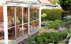 Når vejret ikke er til udeliv sidder familien og betragter den flotte have fra den hyggelige udestue, der afslutter huset.