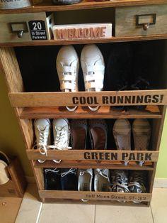 玄関に脱ぎっぱなしになる靴を整理したくて収納棚を作りました。   我が家の玄関は幅が狭いので奥行きのある棚を置くと通路が狭くなってしまいます。なので靴を立てて収納!奥行き12センチで9足の靴をすっきり片付ける事ができました。