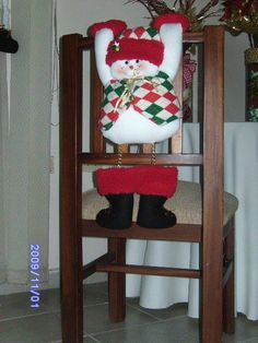 muñeco de nieve silla Chair Back Covers, Chair Backs, Christmas Chair Covers, Felt Toys, Christmas Projects, Ladder Decor, Christmas Stockings, Snowman, Sewing Projects