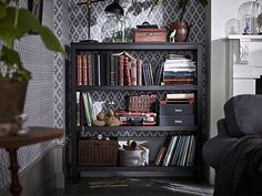 Få oppbevaring, stil og et hjem til planter pyntegjenstander med et svart-brunt HEMNES skap i massivt tre. Overflaten og den  naturlige følelsen av materialet gjør det til et flott møbel som eldes med verdighet.