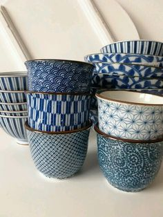 Japanese tea cups share patterns with Japanese textiles Ceramic Pottery, Ceramic Art, Skandinavisch Modern, Japanese Tea Cups, Japanese China, Japanese Pottery, Japanese Design, Japanese Style, Kitchenware