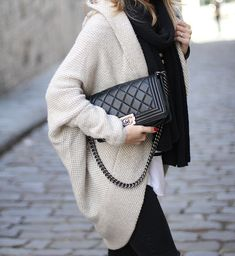 CASUAL WEEKEND | COZY & CHIC - Mes Voyages à ParisSpanish fashion blogger Mónica Sors Mes Voyages à Paris winter street style Maxi cardigan Boy Chanel Chanel Boy bag