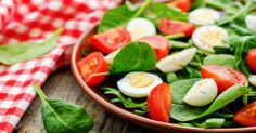 Como hacer una Ensalada de espinaca y tomate, con huevos, tocino y vinagreta. Receta de Ensalada de espinaca y tomate, facil y rapida. Ensalada de hojas de espinacas crudas y frescas, tomates, huevos y vinagreta una delicia.