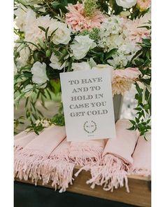 Chales para caso fique frio em festas ao ar livre || Inspirações para casamentos no inverno são realmente lindas demais! Para deixar os seus convidados quentinhos distribua cachecóis... Quem aí vai casar em Agosto?