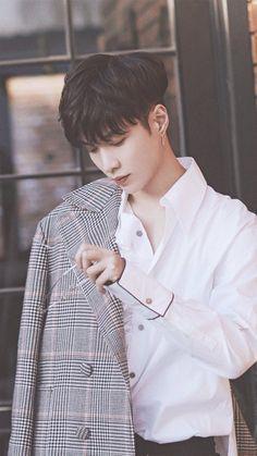 Yixing Urgh he's not even like part of EXO so idk what to feel about him but he's so beautiful Kaisoo, Chanbaek, Exo Ot12, Lay Exo, K Pop, Yixing Exo, Chanyeol Baekhyun, Star Academy, Sons