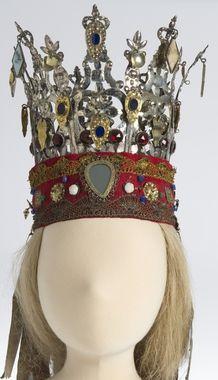 norske brudekrona - Szukaj w Google Bridal Crown, Magic Carpet, Headgear, Headdress, Scandinavian Design, Traditional Outfits, All Art, Jewelry Design, Hats