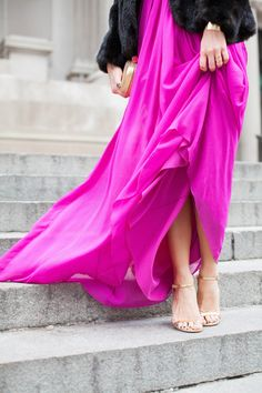 Spotted on the steps of the Met, the lovely Kattanita wearing Fluorescent Chiffon Gown by Badgley Mischka. Pink Fashion, Fashion Dresses, Rosa Style, Black Fur Coat, Fuchsia Dress, Black Tie Affair, Dressed To The Nines, Chiffon Gown, Badgley Mischka