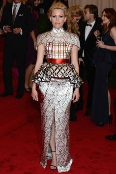 Parece Belen Rueda pero no...está peinada y bien vestida...es: Elizabeth Banks