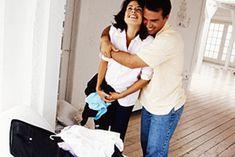 Die Geburt steht kurz bevor und alles soll gut für den Fall der Fälle vorbereitet sein. Etwa vier Wochen vor dem errechneten Geburtstermin wird es Zeit, die Kliniktasche zu packen. Wir sagen dir, was du alles zur Geburt mit ins Krankenhaus oder das Geburtshaus mitnehmen solltest.