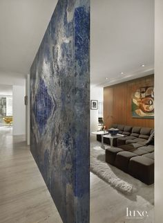 Mix of two artworks, a large wall of art as a room divider & cubist pairing // Foyers with Statement Art Pieces - Design Insight from the Editors of Luxe Interiors + Design Stone Feature Wall, Marble Interior, Inspiration Design, Marble Wall, Stone Slab, Entry Foyer, Art Pieces, Modern, Lapis Lazuli