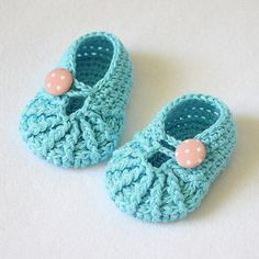 Spider Slippers for baby, crochet pattern, polka dot buttons, baby booties, turquoise