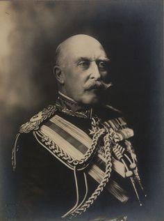 Arturo figlio della Regina Vittoria(1850+1942).Arturo Guglielmo Patrizio Alberto Principe del Regno Unito e Duca di Connaught e Stratheearn,era il 7° figlio della Regina Vittoria e di Alberto di Sassonia Coburgo e Gotha.Era il figliomaschio preferito dalla madre.Seguì la carriera militare .Fu il primo membro della Famiglia a presenziare l'apertura del Parlamento Canadese.Erede del trono Granducale di Coburgo vi rinunciò.Sposò luisa di Prussia ed ebbe Margherita Arturo e Patrizia.