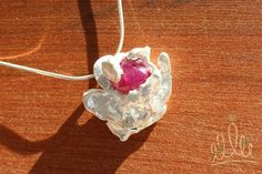 PINGENTE RAIZ DE RUBI #226 pingente orgânico em prata pura com aplicação de rubi envolto por garras que remetem a natureza e suas raízes.  Uma homenagem ao OUTUBRO ROSA e suas mulheres maravilhosas! :D