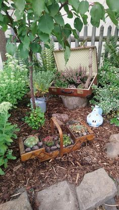 Old Suitcases, Sewing Box, Recycled Materials, Amazing Gardens, Garden Design, Recycling, Backyard, Outdoor Decor, Home Decor