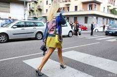 Streetstyle com slingback | Vogue | Jaqueta jeans com detalhes em Pop Art | Slingback de salto alto