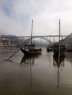 Barcos Rabelo no Douro com a Ponte Dom Luís ao fundo, Porto