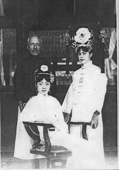 Chinese Empress Wanrong with Isabel Ingram and Reginald Johnston, tutors to the Imperial family, 1924.