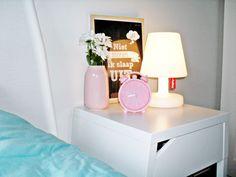 #decoreren in de #slaapkamer // #Fatboy #Hema #vaasje #Ikea #nachttafeltje #wekker #roze #wit #vtwonen #vtwonenhappypage #happypage #interieur #interieurs