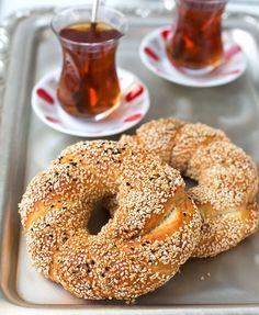 Vegan, einfach und lecker - türkische Dinkel Brezen sind herzhaft, nussig und leicht süß! Für alle, die ein Stück Orient auf den Tisch holen möchten!