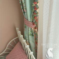 Объёмная , крупная, совсем не деликатная , многоцветная , она собрала в себе все цвета интерьера и поставила в большой восклицательный знак, даже цапли склонили свои головы перед ней 🙈😁, знакомьтесь бахрома разработанная известным дизайнером Жаклин Смит , специально для новой коллекции @trendfabrics, ну и конечно рассматриваем нежный тюль и много горошков