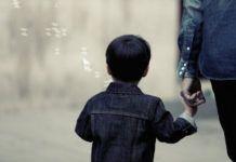 """Ένας γονέας είναι δύσκολο να """"σηκώσει"""" το βάρος ενός χωρισμού."""