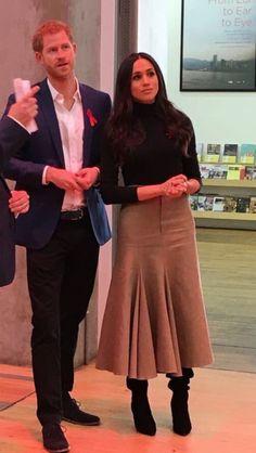 Meghan Markle ✾ and Princes Harry Tan Skirt, Prinz Harry, Prince Harry And Megan, Estilo Real, Princess Meghan, Meghan Markle Style, Office Looks, Dress And Heels, Look Chic