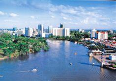 Kuching Waterfront lädt zu einem Spaziergang direkt am Wasser ein.