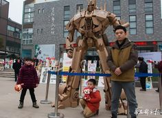 Chinese dad transforms 100kg of cardboard into an amazing Optimus Prime