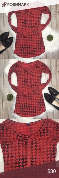 Free People | Houndstooth Patterned Fitted Tunic Free People Semi-Sheer Houndstooth Patterned Fitted Tunic with curved hem line. Great condition, slight pilling. 57% polyester, 43% cotton. Super cute! Size S. Bust: 15in Length: 29in. ⭐️offers welcome⭐️ Free People Tops Tunics