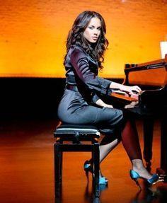 Alicia Keys on piano .of course Beautiful Songs, Beautiful Women, Meagan Good, Hip Hop, Baby Music, Female Singers, Look Fashion, My Idol, Black Women