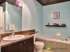 Baignoire et douche séparées  dans un beau 4 1/2  Homa # 499384 DuProprio Mercier, Vanity, Bathroom, Shower, Bathtub, Beauty, Dressing Tables, Washroom, Powder Room