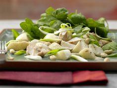 Asia-Spinatsalat mit Hähnchenfilet - mit Erdnuss-Vinaigrette - smarter - Kalorien: 545 Kcal - Zeit: 30 Min. | eatsmarter.de Spinat ist gesund und enthält Eisen.