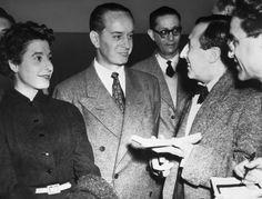 Jacobo Árbenz Guzmán habla con periodistas franceses en París en 1955. / CORBIS